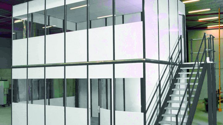 Mezzanine avec bureaux cloisonnés